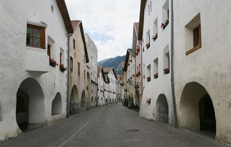 http://de.wikipedia.org/wiki/Bild:Glurns_05.jpg - Fotograf: Herbert Ortner